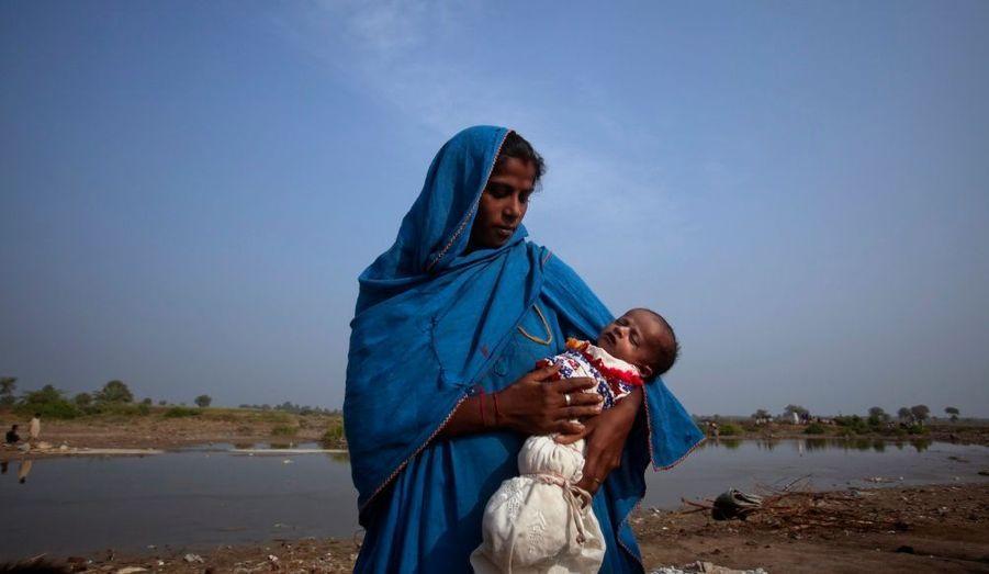 Bhagti, 20 ans, est réfugiée depuis plusieurs mois dans le district de Sanghar, dans la province de Sindh, suite aux inondations dans le pays.