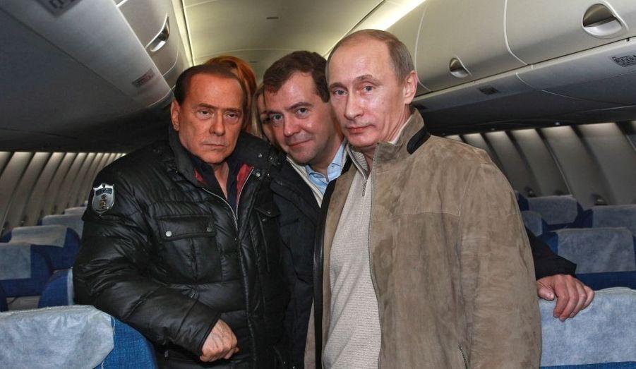 Le président russe Dimitri Medvedev est entouré de son Premier ministre Vladimir Poutine (à dr.) et du président du Conseil italien, Silvio Berlusconi, à l'occasion de la visite de ce dernier à Sochi, en Russie, vendredi.
