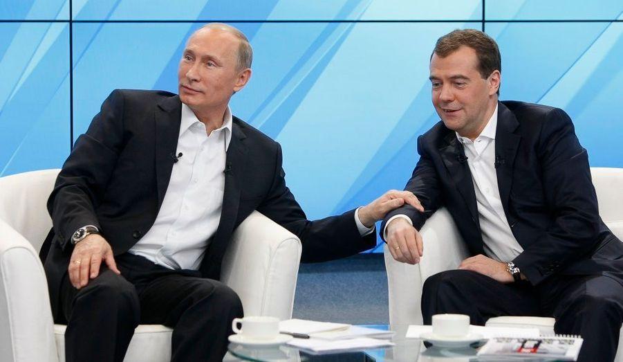 Vladimir Poutine et Dmitri Medvedev, le futur président russe et l'actuel, marquent leur sympathie mutuelle lors d'un meeting avec des partisans, à Moscou.