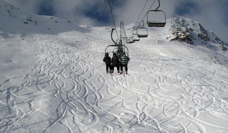 Des skieurs empruntent les remontées mécaniques après des chutes de neige à Lake Louise, en Alberta, au Canada.