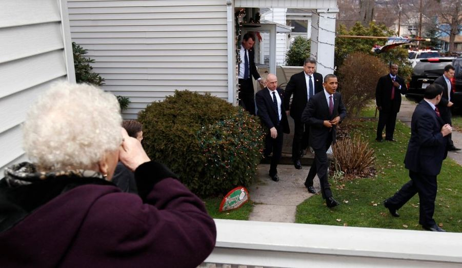 Une dame photographie Barack Obama, après que le président des États-Unis a rendu visite à sa voisine, à Scranton, en Pennsylvanie.