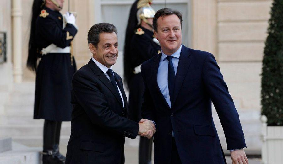 Trois jours avant de recevoir Angela Merkel pour en fixer les modalités, Nicolas Sarkozy a reçu vendredi le Premier ministre britannique David Cameron pour discuter du projet franco-allemand de modification des traités européens pour renforcer la discipline budgétaire de la zone euro, qui inquiète Londres.