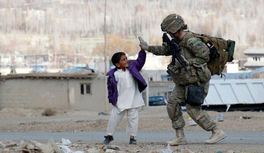 Un soldat américain s'amuse avec un enfant afghan durant une patrouille dans l'est du pays.