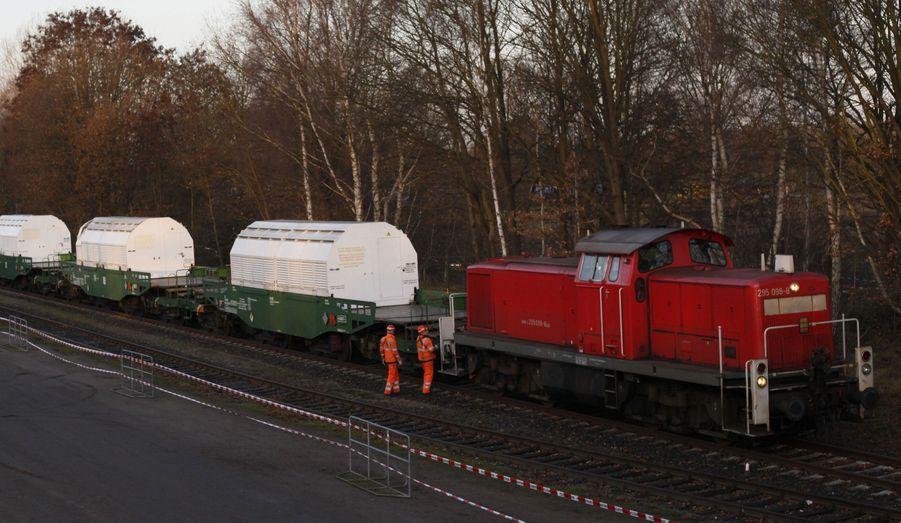 Le train de transport de déchets nucléaire Castor est arrivé à Dannenberg en Allemagne, après un parcours très chaotique depuis l'usine de retraitement de La Hague, en France. Des camions vont transporter les conteneurs jusqu'à leur lieu de stockage final, une mine désaffectée à Gorleben.