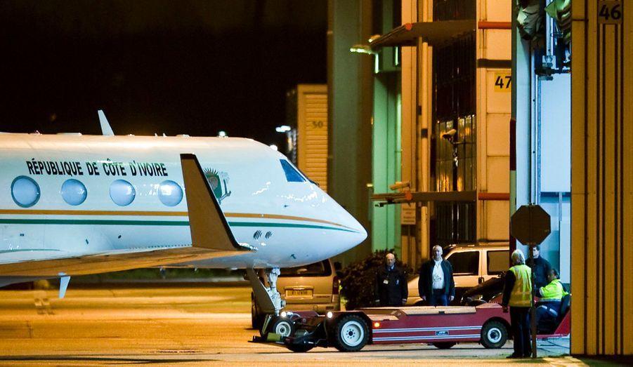 Un jet transportant l'ancien président de la Côte d'Ivoire, Laurent Gbagbo, s'est posé tôt mercredi matin à Rotterdam, aux Pays-Bas. Le leader déchu a été ensuite conduit à la Cour pénale internationale de La Haye.