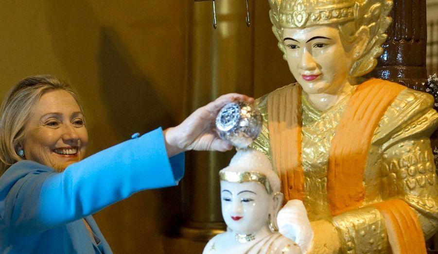 Hillary Clinton poursuit sa visite historique en Birmanie. La secrétaire d'Etat a déclaré qu'un retour d'un ambassadeur américain dans le pays était possible, à condition que le pouvoir de Rangoon poursuive ses réformes démocratiques.