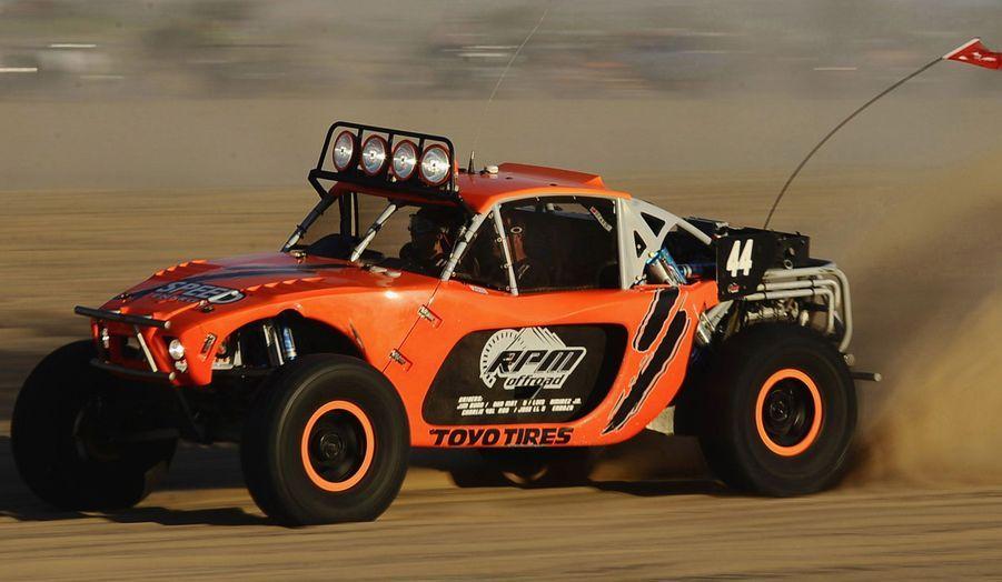 A l'occasion du week-end de Thanksgiving, des dizaines d'amateurs de sports mécaniques se sont retrouvés dans les dunes de Glamis, en Californie, pour parcourir à bord de leurs véhicules cet espace réservé aux loisirs. A l'image, le pilote de Nascar Robby Gordon fonce au volant de son buggy.