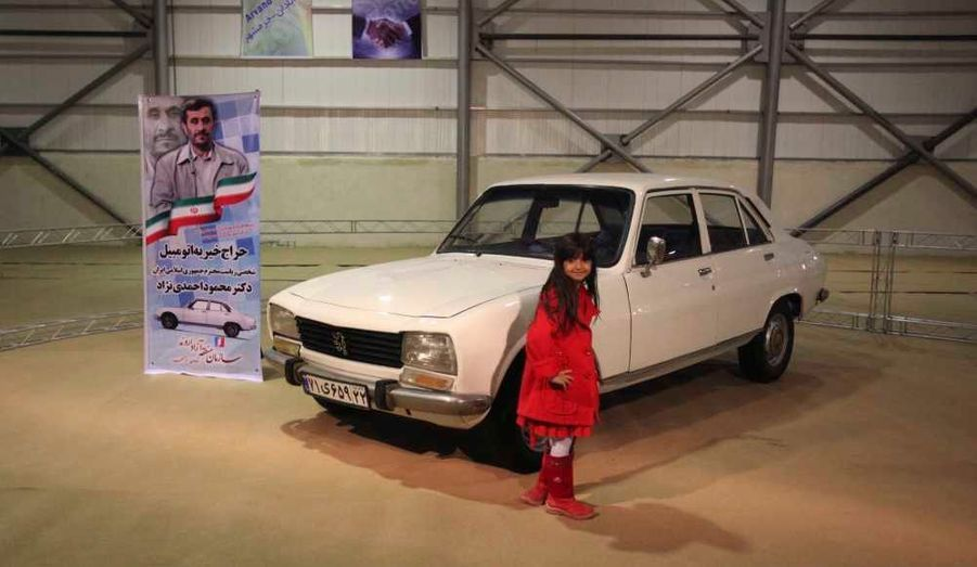 La vieille Peugeot 504 appartenant au président iranien Mahmoud Ahmadinejad a trouvé mardi acquéreur lors d'une vente aux enchères sur internet dont la recette - 2,5 millions de dollars - ira à une oeuvre caritative, rapportent les médias iraniens. L'an dernier, le chef de l'Etat avait annoncé son intention de mettre à l'encan sa 504 modèle 1977 pour reverser le produit de la vente à un projet de logement pour familles déshéritées. La vente a été organisée par l'intermédiaire d'un site multilingue chargé de centraliser les offres.