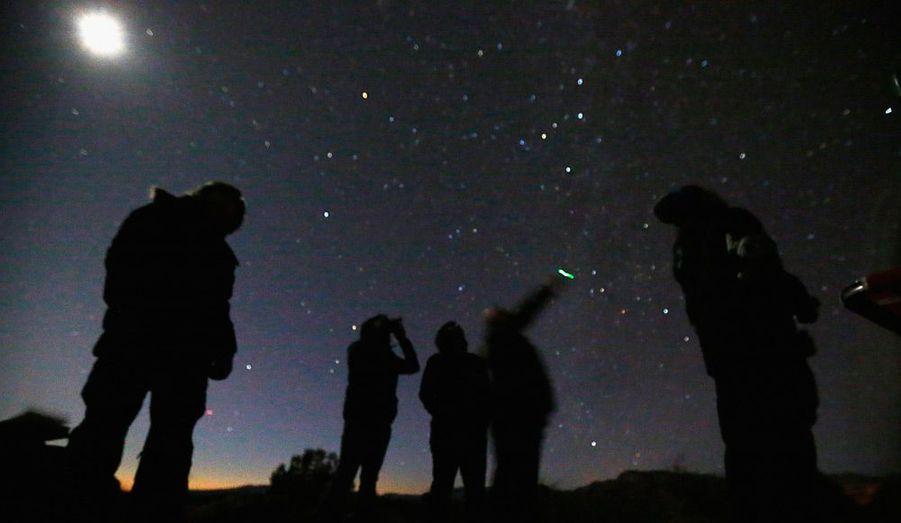 Des ufologues se sont réunis dans le désert près de Sedona, en Arizona, pour guetter l'arrivée sur terre d'espèces extraterrestres, le 14 février dernier.