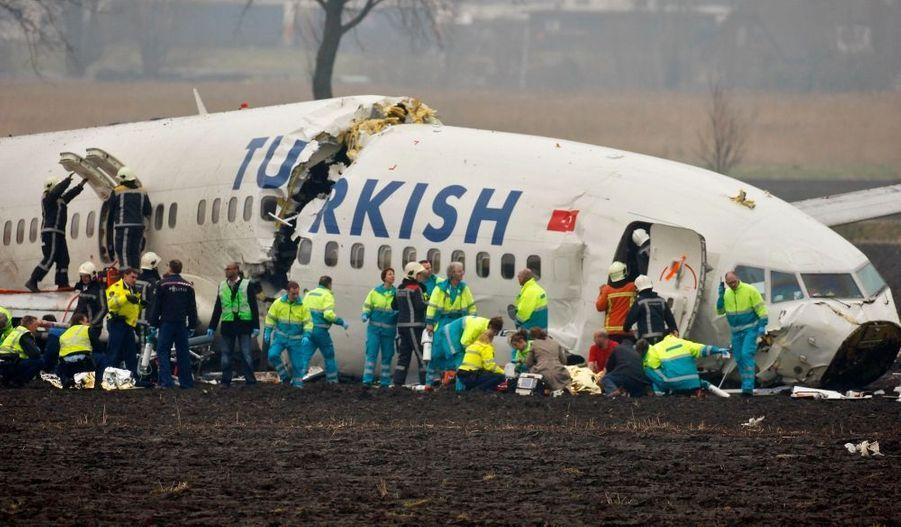 Un avion de ligne turc s'est écrasé à l'aéroport international de Schipol à Amsterdam au cours de son atterrissage, sans qu'aucune victime ne soit à déplorer, selon le ministre turc des Transports, Binali Yildrim. Quelques minutes plus tôt, CNN Türk affirmait qu'au moins un des 135 passagers était mort, et que l'appareil se serait brisé en trois parties.