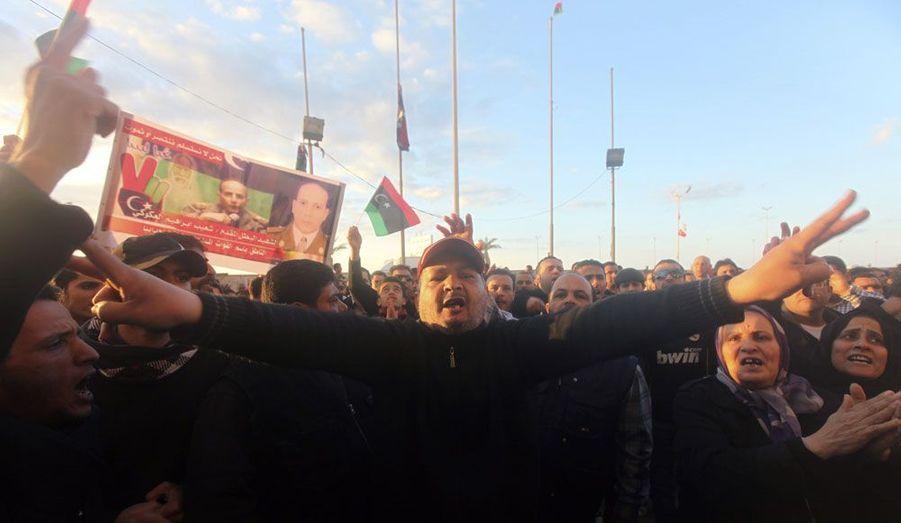 Des Libyens en colère manifestent devant le tribunal de Benghazi, capitale de la révolution qui a conduit à la chute du colonel Kadhafi. Les manifestants exigent le départ d'une milice qui s'était installée dans les locaux du tribunal pendant les combats contre le régime.