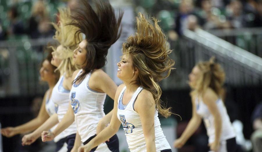Les pom-pom girls de San Diego se déchaînent avant le match de basket opposant les Toreros aux BYU Cougars.