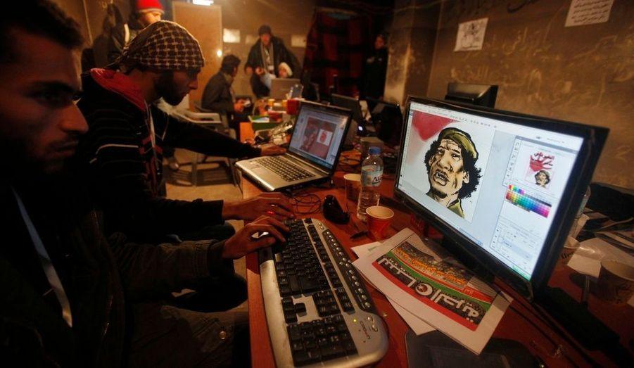 Des graphistes préparent des caricatures de Mouammar Kadhafi pour les manifestants, à Benghazi, ville à l'est du pays, où les forces du Guide de la Révolution ont perdu le pouvoir.