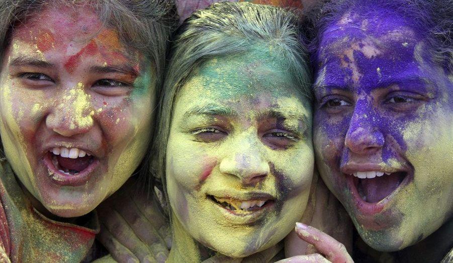 """Les élèves d'un collège de la ville indienne de Chandigarh célèbrent Holi, plus connu sous le nom de """"Festival des Couleurs"""". Cet évènement est organisé tous les ans, le jour de pleine lune qui précède l'arrivée du printemps. A l'occasion de cette fête, une gigantesque bataille de poudre colorée et d'eau est organisée."""