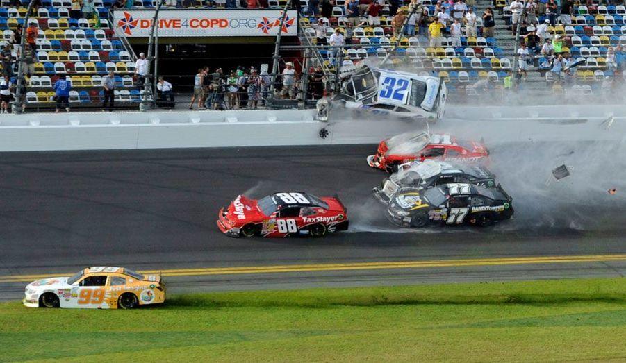 Un spectaculaire accident a fait 14 blessés, samedi, lors d'une course disputée sur le circuit de Daytona Beach, en Floride. Huit voitures ont été impliquées.