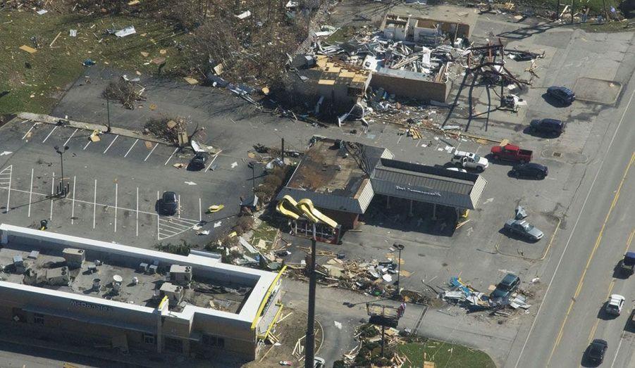 Saylersville, Kentucky. Cette photographie prise depuis un hélicoptère de la garde nationale montre l'ampleur des dévastations causées par les tornades qui se sont abattues sur cet Etat américain.