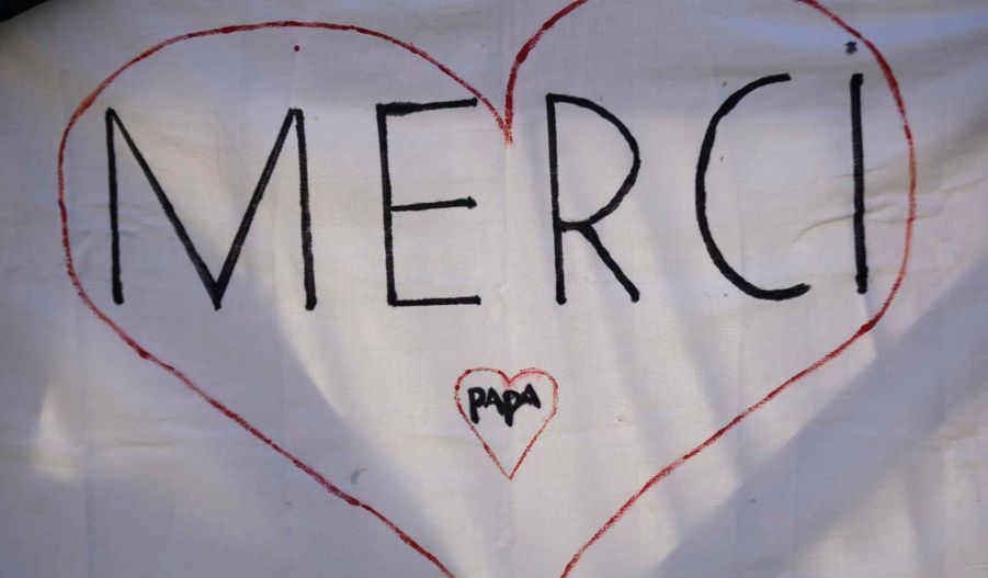 """A la veille de sa renonciation, Benoît XVI est arrivé Place Saint-Pierre en milieu de matinée mercredi pour l'ultime audience de son pontificat qui a duré près de huit ans. Il a été acclamé par plus de 100.000 fidèles et touristes, brandissant des drapeaux ou banderoles disant """"Merci"""" dans toutes les langues."""