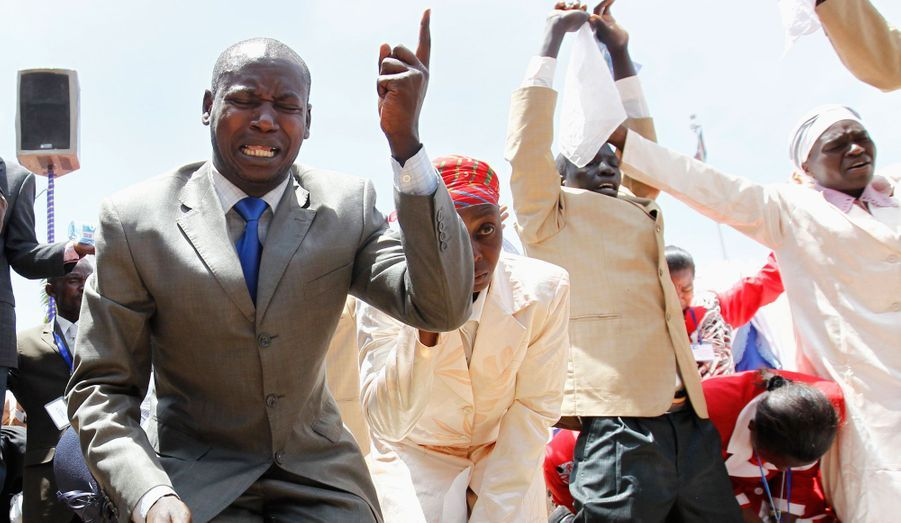 Des croyants scandent des prières de paix dans le parc Uhuru, à Nairobi. Le prophète kényan David Owuor a conduit ses prières pour les 4 élections de mars. Elles appellent à éviter le chaos, comme celui qu'il y avait eu après les élections bâclées de 2007, qui avait déclenché une violence généralisée, causé la mort de 1.200 personnes et sali l'image de la plus grande économie de l'est africain.