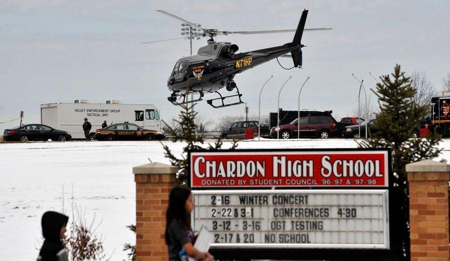 Un hélicoptère médicalisé quittant Chardon High School. Lundi, un lycéen a ouvert le feu dans la cafétéria de l'établissement scolaire, faisant un mort et quatre blessés, selon le dernier bilan communiqué par les autorités de l'Ohio.