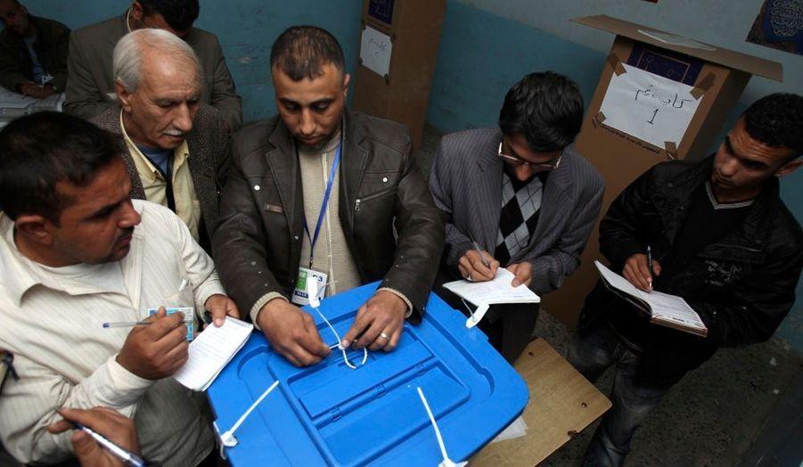 """Des responsables américains ont manifesté leur inquiétude jeudi à l'égard des élections législatives irakiennes, prévues dimanche. """"Étant donné les enjeux et les efforts de chacun pour obtenir un avantage politique, il ne serait pas surprenant d'assister à des phénomènes violents durant cette période"""", a déclaré un de ces responsables sous le sceau de l'anonymat. Des millions d'Irakiens sont appelés aux urnes pour élire un nouveau Parlement pour un mandat de quatre ans. Il s'agit des deuxièmes élections nationales depuis la chute de Saddam Hussein en 2003. Jeudi, douze personnes ont été tuées dans des attentats suicides, dont sept soldats et policiers qui votaient par anticipation."""