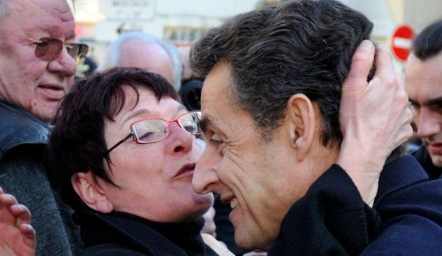 Une femme embrasse le président de la République lors de sa visite à Laon. Nicolas Sarkozy venait assister à une table ronde sur l'avenir de la Fonction publique.