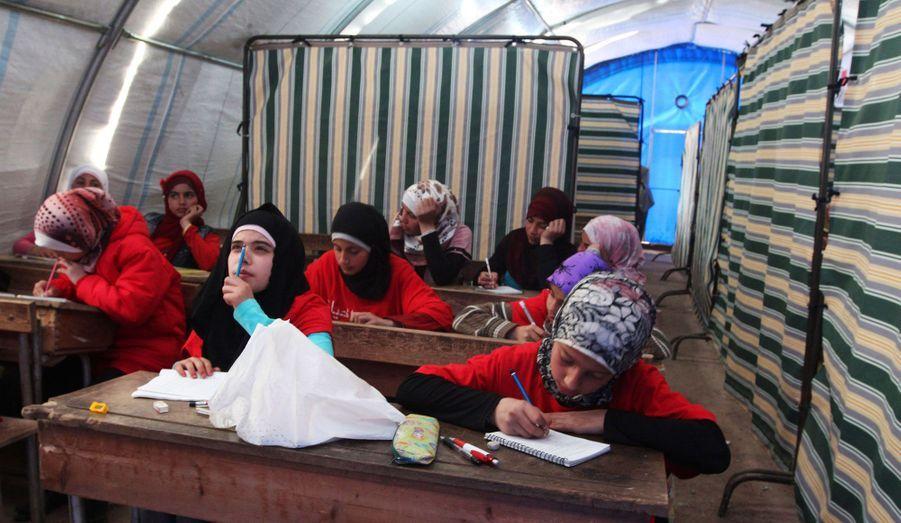 Des réfugiées syriennes sont en classe dans le camp de Bab Al-Salam, à Azaz, près de la frontière syro-turque.