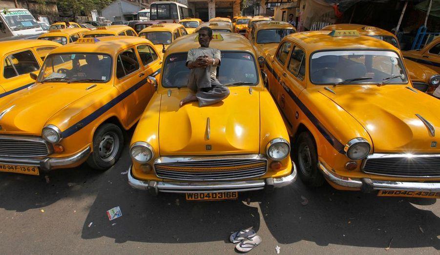 Les chauffeurs de taxi de ville de Kolkata, en Inde, ont fait grève mardi contre la hausse des prix et pour une amélioration de leur statut.