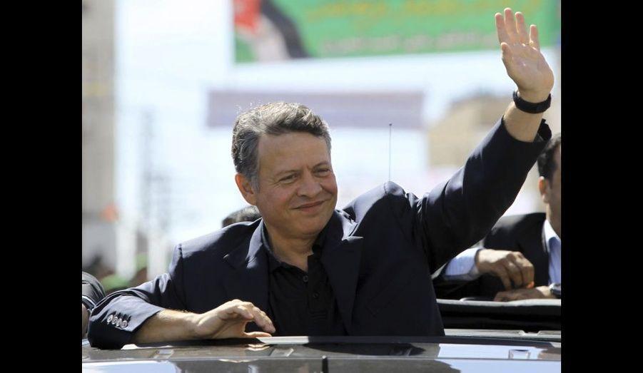 """Abdallah de Jordanie salue la foule lors d'un visite dans le district du Nord Mazar. Le roi - dont le régime est lui aussi menacé par le """"printemps arabe"""" - multiplie les sorties pour assurer qu'il s'occupe des besoins du pays, et parler de ses réformes."""