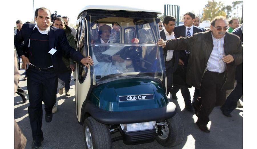 Kadhafi en tournée dans Tripoli en voiturette de golf. Le dirigeant libyen offre une réponse populiste devant le peu de partisan qui lui reste, à son pays en pleine révolution.