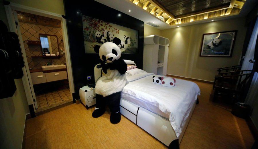 Dans la province chinoise du Sichuan, un hôtel entièrement dédié aux pandas s'est ouvert à Emei Mountain.