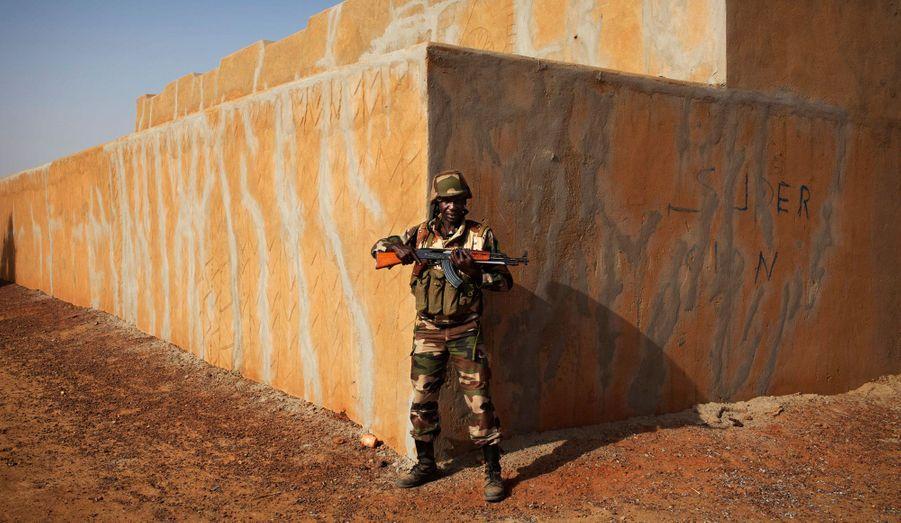 Un soldat du Niger monte la garde devant un bâtiment lors d'une patrouille à Gao. Le Niger a envoyé des troupes au Mali dans le cadre des forces ouest-africaines de la MISMA.