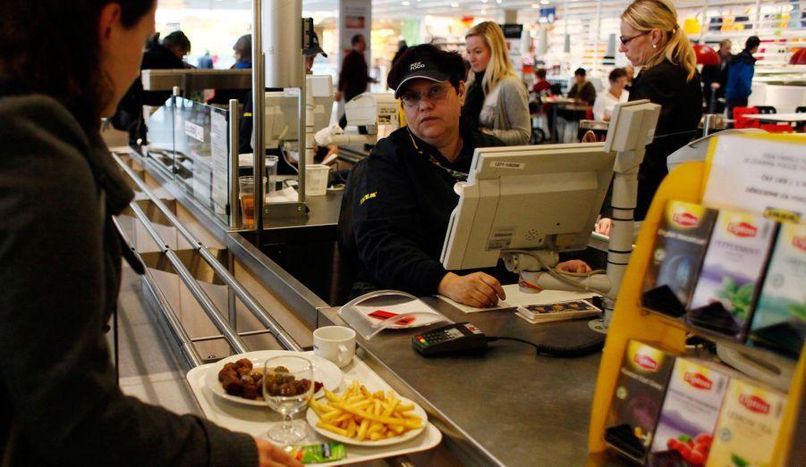 Un client achète son déjeuner à la cafétéria IKEA de Prague. Le géant suédois du meuble IKEA a annoncé lundi qu'il a cessé de vendre des boulettes de viande car elles provenaient d'un lot contrôlé positif à la présence de viande de cheval par les autorités tchèques.