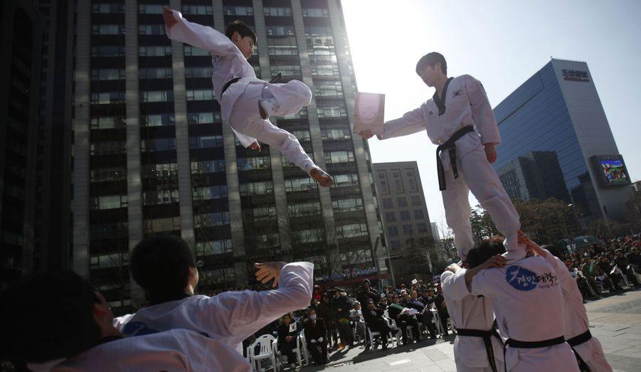 Des étudiants d'une université sud-coréenne font une démonstration de Taekwondo lors du 94ème anniversaire de la première marche d'indépendance contre la colonisation japonaise.