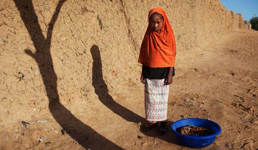 Via Dembele, 7 ans, prend la pose alors qu'elle était en train de faire des courses avec sa mère à Gao.