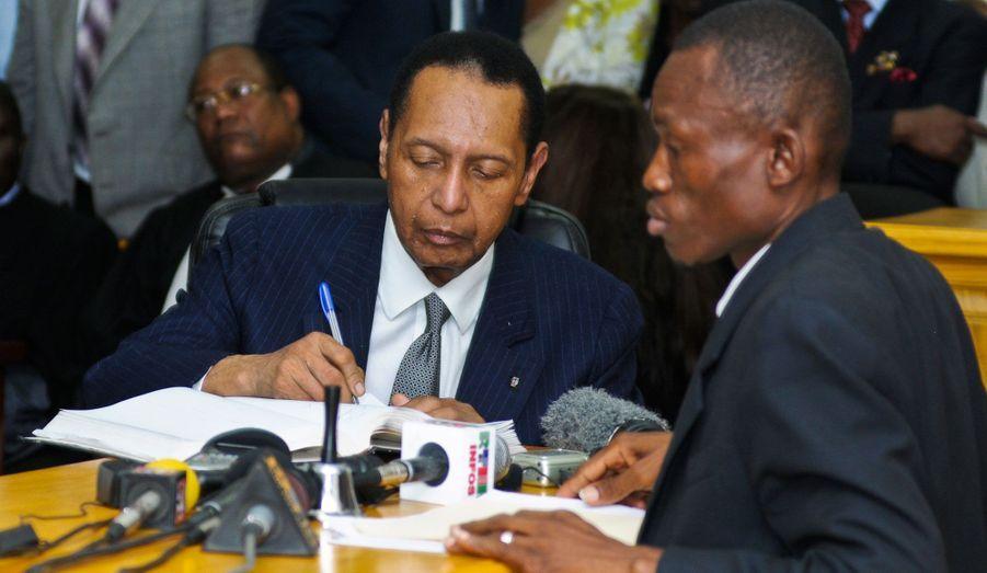 L'ancien dictateur haïtien Jean-Claude «Baby Doc» Duvalier signe un traité indiquant qu'il devra comparaître devant la justice la semaine prochaine alors même qu'il assiste à une audience en Cour d'appel à Port-au-Prince. Duvalier avait omis de comparaître à trois rendez-vous judiciaires antérieurs. Pour la première fois, il doit rendre compte de ses actes de corruption et des préjudices qu'il a pu commettre concernant les Droits de l'homme.