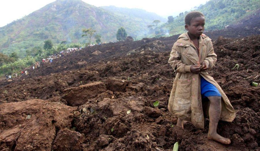 Au moins 300 personnes auraient péri dans un glissement de terrain survenu dans la nuit de lundi à mardi en Ouganda, a prévenu la Croix Rouge locale.Quatre-vingt et un cadavres ont déjà été dégagés de la boue, alors que trois villages ont été ensevelis.
