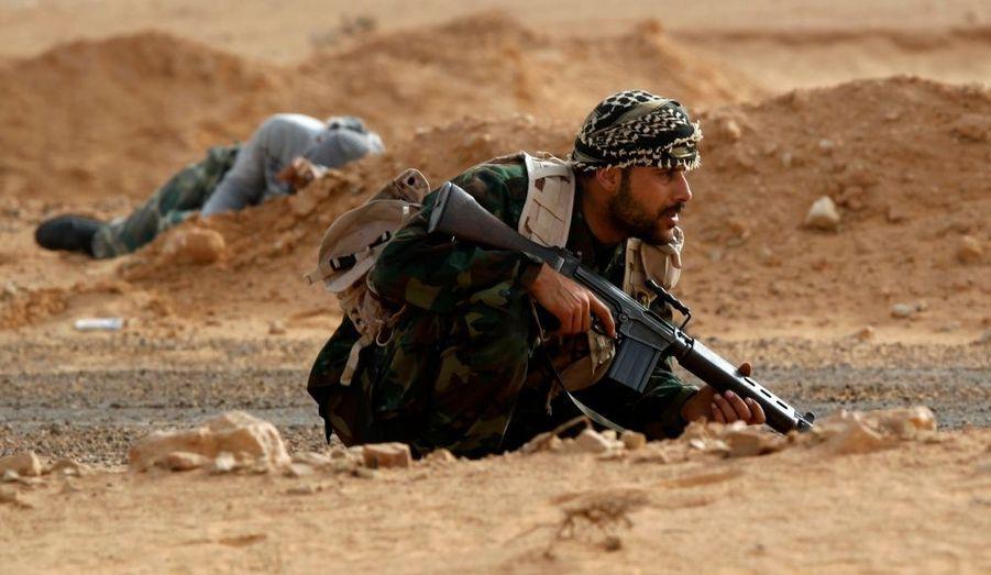 Des rebelles ont ouvert le feu samedi sur un hélicoptère survolant la ville de Ras Lanouf, que les insurgés libyens disent avoir fait tomber la veille. Un journaliste de Reuters sur place n'a constaté samedi la présence d'aucun partisan de Mouammar Kadhafi dans cette ville, qui abrite un important terminal pétrolier sur le golfe de Syrte. Le gouvernement libyen a pourtant démenti vendredi que Ras Lanouf soit passée aux mains des rebelles, qui contrôlent l'est de la Libye.