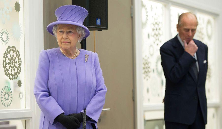 La Reine Elizabeth et son mari le prince Philip posent au cours d'une visite de l'Hôpital Royal de Londres dans l'est de la capitale.