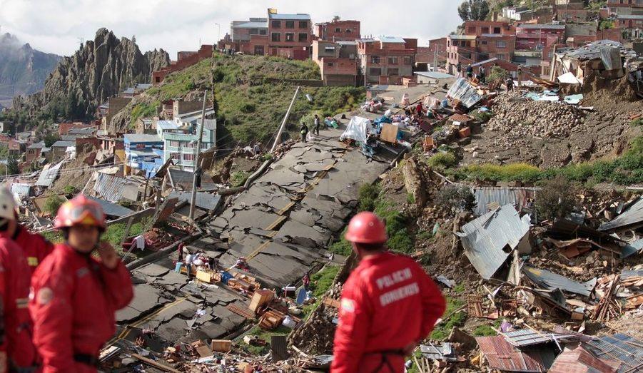 Des équipes de sauvetage viennent en aide aux habitants de La Paz, en Bolivie. Des fortes pluies ont provoqué un impressionnant un glissement de terrain dimanche, dans les quartiers de Kupini et de Valle de las Flores, faisant deux morts et plusieurs dizaines de blessés.