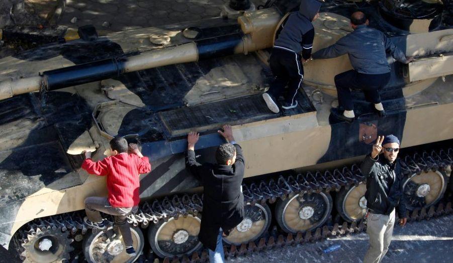 Des jeunes garçons montent sur un tank à Zawiyah, à 50 km à l'ouest de la capitale du pays, Tripoli.