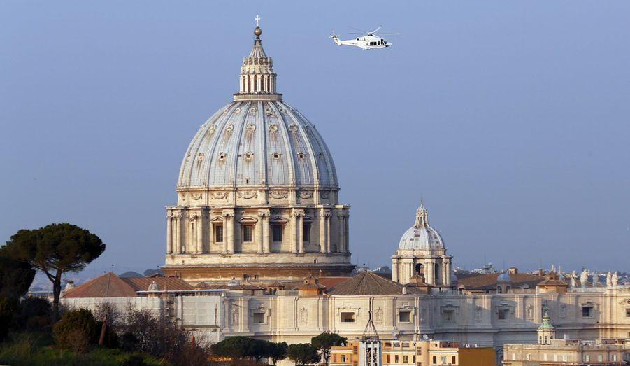 L'hélicoptère qui emmène le pape Benoît XVI loin du Vatican survole Rome, jeudi après-midi. Le Saint-Père se retire dans sa résidence d'été de Castelgandolfo. A partir de 20 heures jeudi, il sera «simplement un pèlerin qui entame ladernière phase de son pèlerinage sur cette terre».