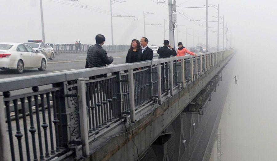 Une personne saute du pont Wuhan Yangtze dans la province de Hubei, en Chine. Mercredi 27 février, c'est un couple qui avait sauté du même pont. Selon les médias locaux et la police, ils seraient toujours disparus et leurs chances de survie seraient faibles.