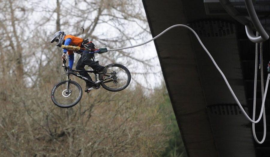 Le cycliste Adam Flint, attaché à un élastique, pédale dans le vide après un saut effectué du pont Garry près de Pitlochry, en Écosse.