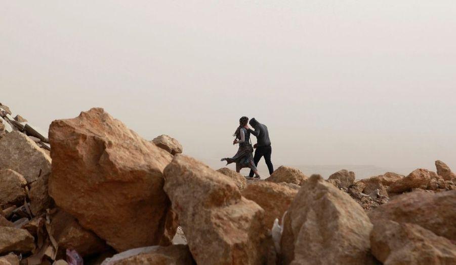 Un jeune couple dans les hauteurs rocailleuses du Caire, particulièrement prisées des amoureux.