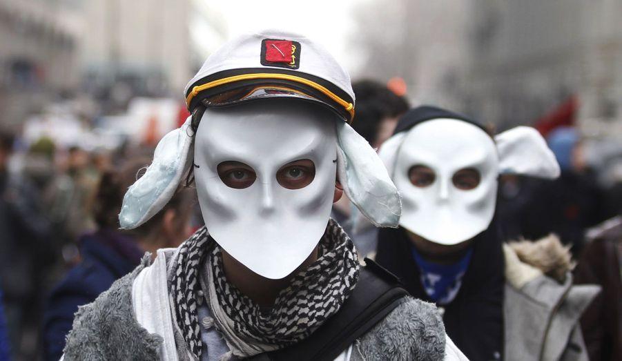 Des étudiants canadiens ont manifesté dans les rues de Montréal mardi en marge du sommet sur l'enseignement supérieur. L'an dernier, des milliers de jeunes étaient déjà descendu dans les rues pour dénoncer la hausse des frais de scolarité.