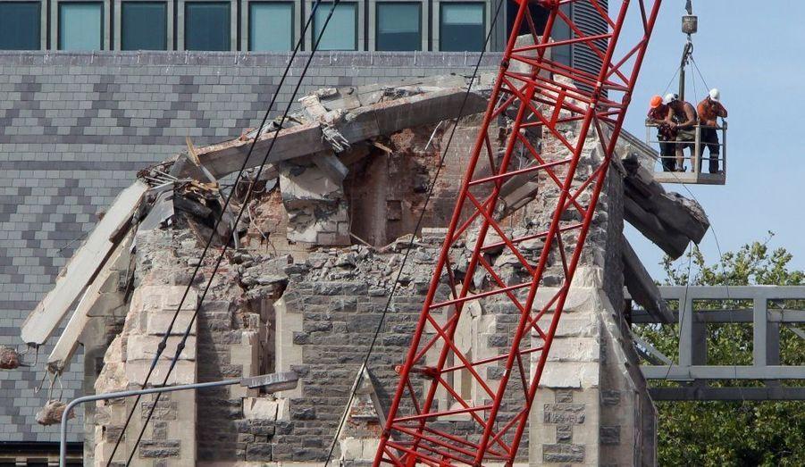 Des sauveteurs inspectent les ruines de la cathédrale de Christchurch, en Nouvelle-Zélande. Huit jours après le terrible tremblement de terre, les équipes de secours multiplient les recherches, malgré les risques d'effondrement des édifices. Le dernier bilan de la catastrophe fait état de 155 morts.