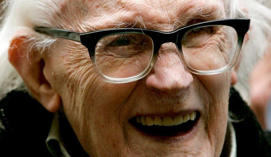 """L'ancien dirigeant travailliste Michael Foot, qui avait vécu une défaite cuisante par le Parti conservateur de Margaret Thatcher aux élections législatives britanniques de 1983, est décédé à l'âge de 96 ans. """"Michael Foot était un homme de principe à l'idéalisme passionné et l'un des orateurs les plus éloquents qu'ait jamais entendus la Grande-Bretagne"""", note dans un communiqué le Premier ministre Gordon Brown."""