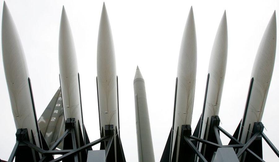 La Corée du Nord a annoncé aujourd'hui qu'elle s'apprêtait à lancer une fusée afin de mettre en orbite un satellite de communication. Ceci en dépit des mises en garde de la Corée du Sud et des Etats-Unis, qui redoutent un nouveau tir de missile à longue portée. La date du tir n'a pas été précisée, mais il pourrait avoir lieu autour du 8 mars à l'occasion du renouvellement du parlement nord-coréen, selon l'agence sud-coréenne Yonhap. La dictature communiste avait provoqué une crise internationale en août 1998 lorsqu'elle avait tiré un missile longue portée Taepodong-1 qui avait survolé une partie du Japon avant de s'abîmer dans le Pacifique.