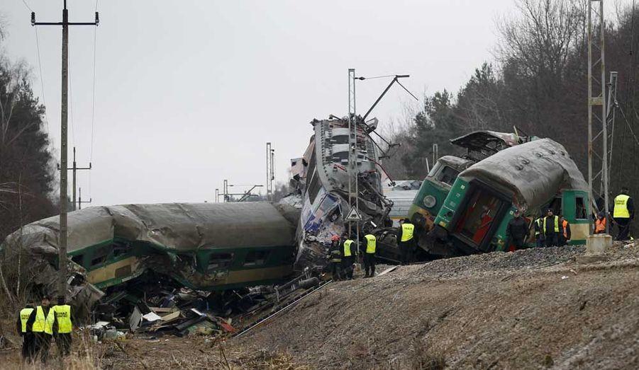 Deux trains sont entrés en collision frontale près de Szczechociny, en Pologne. Au moins quinze personnes ont été tuées dans ce qui constitue la pire catastrophe ferroviaire en Pologne depuis 20 ans.