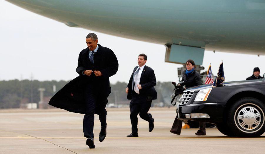 Le président américain Barack Obama va saluer ses sympathisants lors de son arrivée à Newport News, en Virginie. Il se rendra à la construction navale de la ville pour mettre en avant l'impact que cela aura sur les emplois et les familles de la classe moyenne.